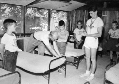 Années '50. L'intérieur d'une cabine. L'inspection. Jacques Barnard et Lionel Dion debout.