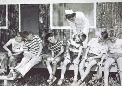 Années '50. L'infirmière traite des campeurs.