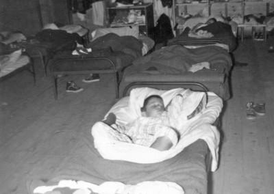 1957. L'intérieur du camp Marchand qui se situait sur les lieux du Manoir. Au départ, il recevait les plus vieux (14-15 ans) puis dans les dernières années (fin des années '50 )y logeaient les plus jeunes (les p'tites bedains)