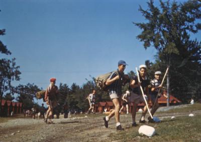 Autour de 1960. En route pour le camping! Remarquez la grosseur des sacs de couchage!