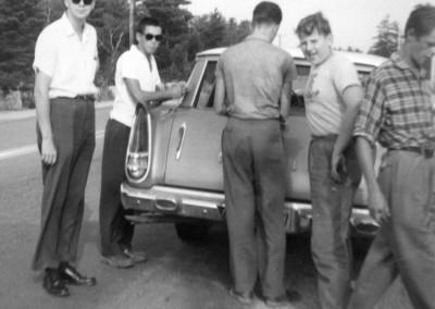 """1958. Gaston Lapointe dit """"la grand mèche"""" lors d'un congé des membres dupersonnel avec la Chrysler du Père Clark"""