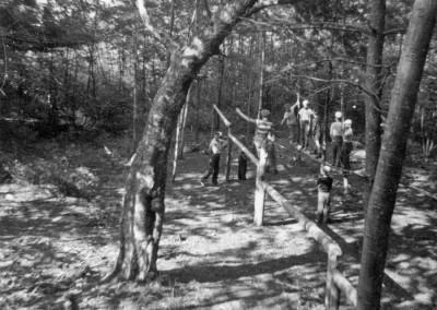 1959. Jeux dans la piste d'hébertisme qui se situait derrière la cabine des Explorateurs actuels en direction du lac.