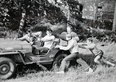 """1952. Zézette, la Jeep du camp prêtée l'été par un organisme de Lewiston (aréna de patinage à roulettes) . On voit  Gaston Lapointe poussant et Pete Paradis ( la bouche ouverte), un membre du personnel qui a """"découvert"""" Popham Beach!"""