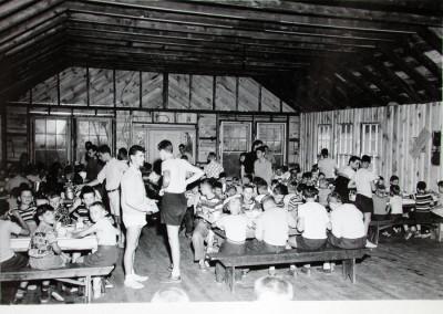 1951. Intérieur du réfectoire