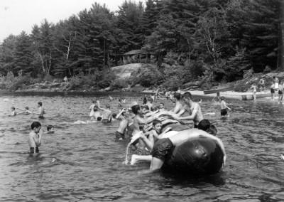 """Années '50. La fameuse """"saucisse"""", vestige de la deuxième guerre mondiale (Pneumatique qui soutenait des ponts temporaires)"""
