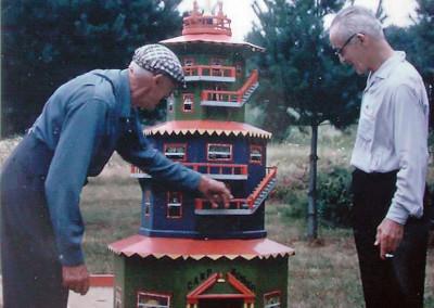 959. M. Monier (à g.) était l'homme à tout faire du camp. Durant l'hiver, il construisait des modules pour le mini-golf