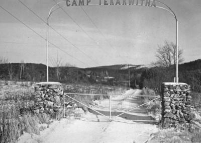 Années 50-60. Une autre barrière à l'entrée du camp.
