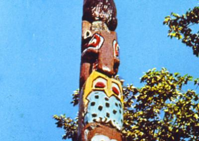Années '60. Le premier totem érigé en 1966 entre l'Administration et l'infirmerie.