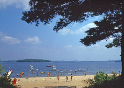 1963.  La plage. Les miradors étaient dans l'eau. Le quai. Le radeau avec plongeon