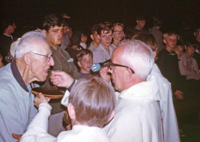 1968. Le père Clark avec M. Monier, son aide fidèle