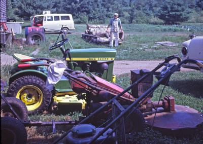 Années '60. M. Monier, qui vivait à la ferme, avec tous ses outils de travail. La machine rouge est un monstre qui coupaient les ronces et arbustes