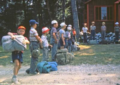 1960. On part en camping. Sac à dos et de couchage des plus compacts ;)
