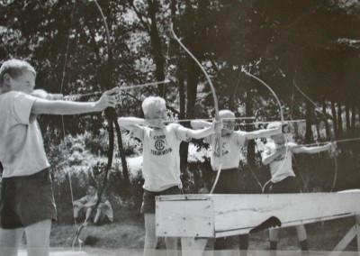 Autour de 1961. Tir à l'arc dans la montée vers le terrain de soccer.