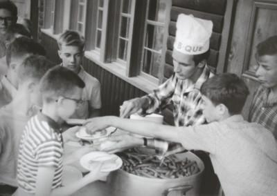 Autour de 1961. Souper aux hot-dogs au Foyer