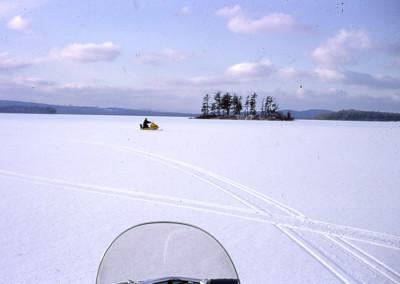 1968. Gaston Lapointe en ski-doo sur le lac près de l'Ile des Pères