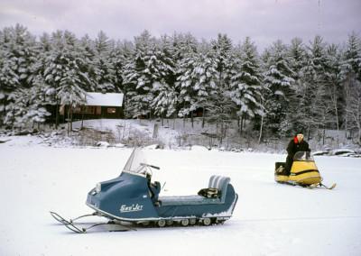 1968. Gaston Lapointe en ski-doo sur le lac.