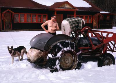 1967. Gaston Lapointe lors d'un printemps extrêmement chaud. Francis Lagacé, notre voisin (Les Angell's actuel) était descendu au camp avec son tracteur et son chien.