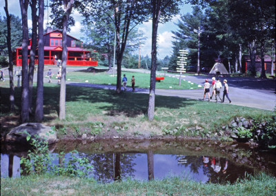 1967. Notez le totem