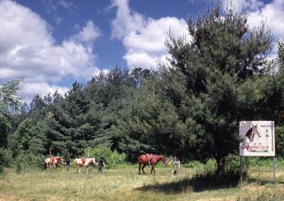 1969. L'équitation en direction du manège qui était situé en haut des Pierres-à-feu actuels.