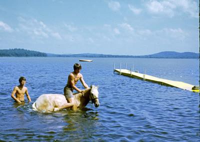 1968. Petite baignade à cheval . Les 2 instructeurs d'équitation Louis Geoffroy et Denis Crevier