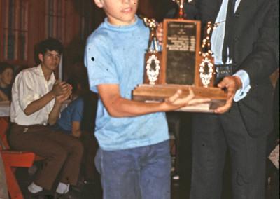 1969. Récipiendaire d'un trophée. Plusieurs trophées étaient donnés: Meilleur campeur du camp, trophée de l'athlétisme , trophée des arts etc.