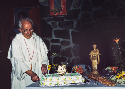 1980. Ce fut l'année où on fêta les 300 ième anniversaire de la mort de Katéri. On fêta en même temps le 50 ième  anniversaire de sacerdoce du père Clark.