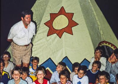 1981. Feu de camp au tee-pee qui était située entre l'infirmerie et l'Administration
