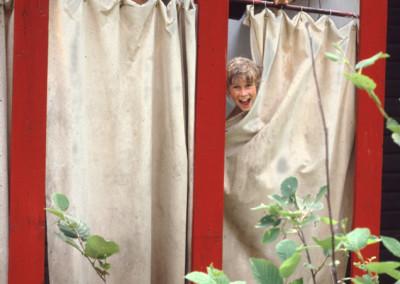 1981. Les douches à l'eau froide à côté de la salle de théâtre - Richard Dugal, Thierry Grenier
