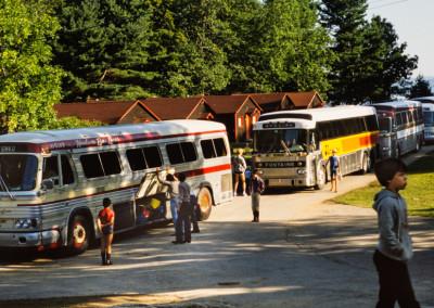 1981. Départ des campeurs à la fin du camp. Un autobus pour Montréal, trois autobus pour Québec!