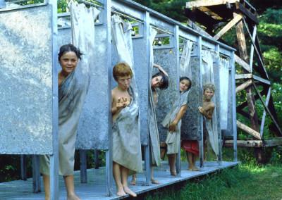 1983. Les douches furent cette année reconstruites derrière la cabine des Aigles. On tenta de mettre un gros réservoir peint en noir sur une tour pour y entreposer de l'eau qui se faisait chauffer au soleil. On espérait avoir un peu d'eau tiède: fiasco ...