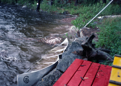 1984 Le lac était monté très haut en juin La crue s'était faite rapidement et des embarcations avaient été écrasées sur le mur de pierre