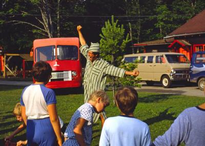 1984. Les ours polaires. Notez les véhicules du camp. À cette époque, pas de véhicules loués, tous achetés d'occasion.