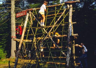 1984. Un jeu de la piste d'hébertisme derrière l'infirmerie.