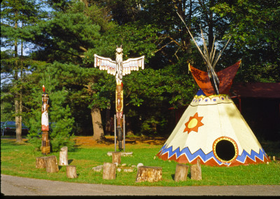 1984. emplacement du teepee, de l'ancien totem et de la Kateri entre le dispensaire et l'administration.