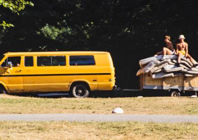 1985. On monte les matelas  qui serviront pour les sauts  en hauteur aux Olympiques