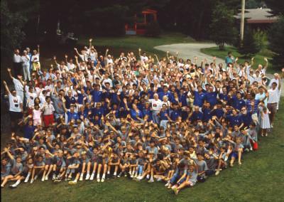 1988. Le cinquantenaire du camp. Une photo de tout le camp et des invités.