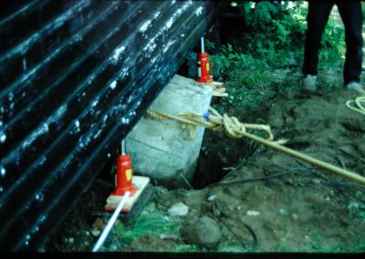 1990. Nous avions décidé de remplacer les piliers de la salle de théatre. Il fallait donc déchausser et déplacer ces massifs piliers en béton en place depuis plus de 30 ans.