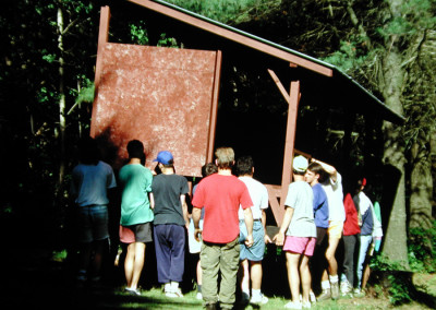 1990. On  décida  transporter l'abri de tir à l'arc des Pierre-à-feu jusqu'à son emplacement actuel.